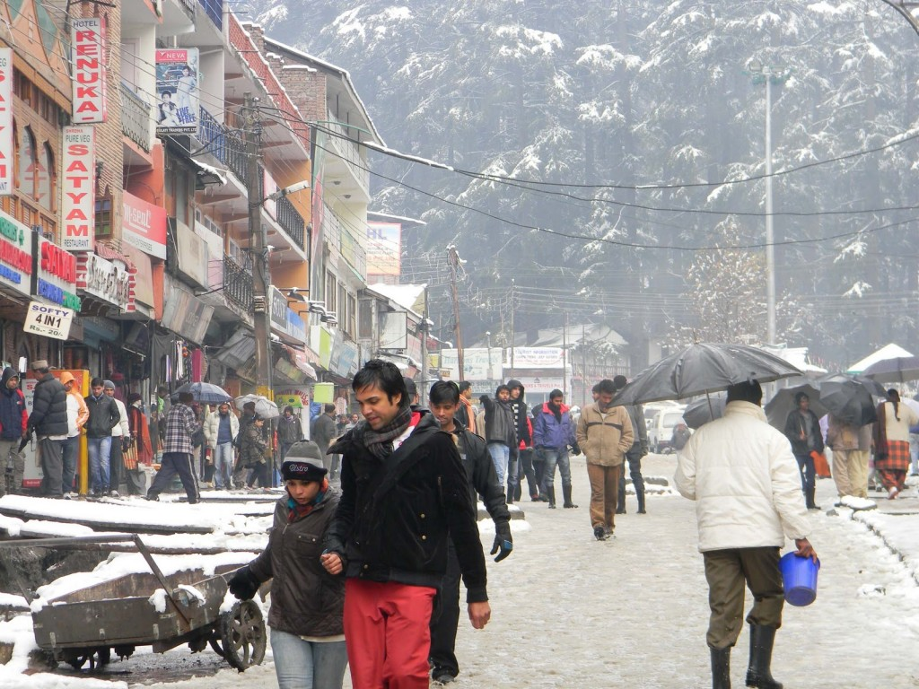 This Is The Perfect Time To Be In Manali To Witness The Snow and Sunshine Together